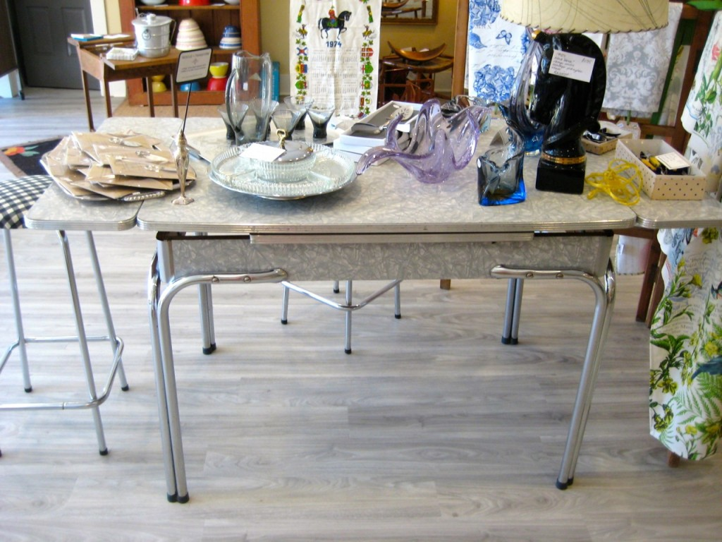 Great greg arborite table. Sides leaves snap up and down. $195