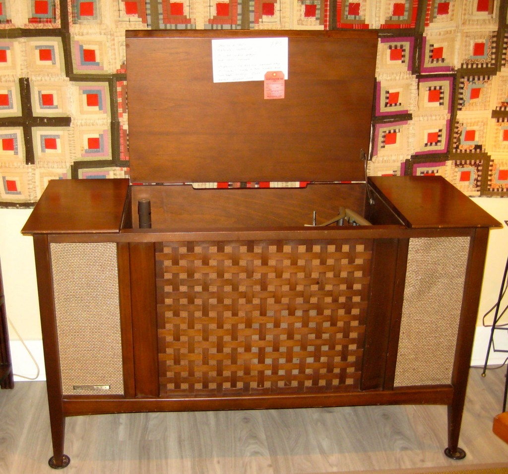 Vintage Motorola Stereo. Beautiful case. The works start up but the record player would need a new needle. Would make a great bar! $85