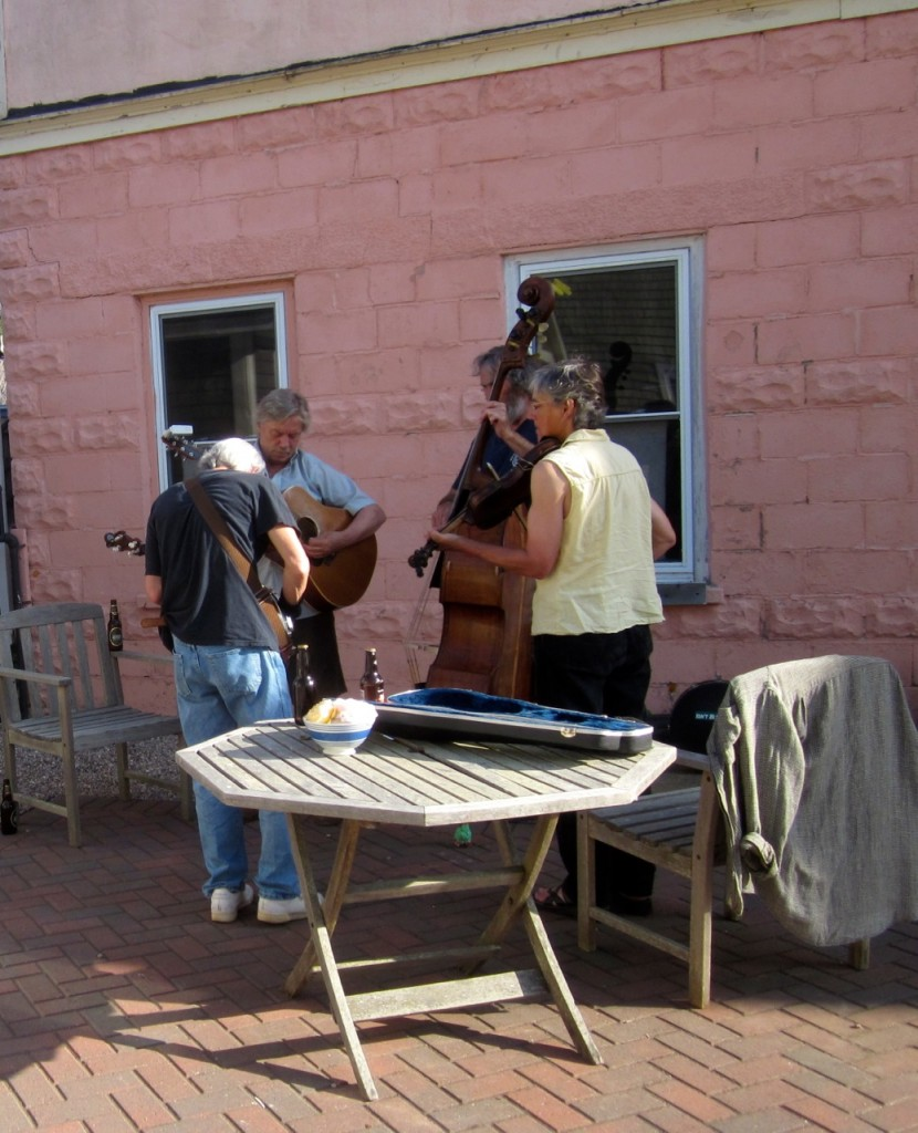 Our regular First Friday musicians: Jim, Geoff. Dave and Alexa playing Bluegrass in front of MNH.