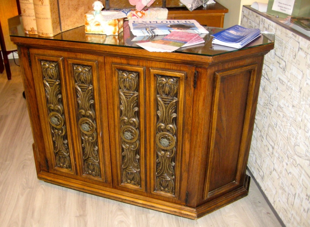 Lane matching credenza to the coffee and end tables with original glass. Would make a fabulous TV console. Shelves inside. $250. Buy console, end tables and coffee table for $750!